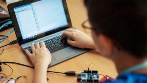 چرا آموختن کد برای کودکان ضروری است؟